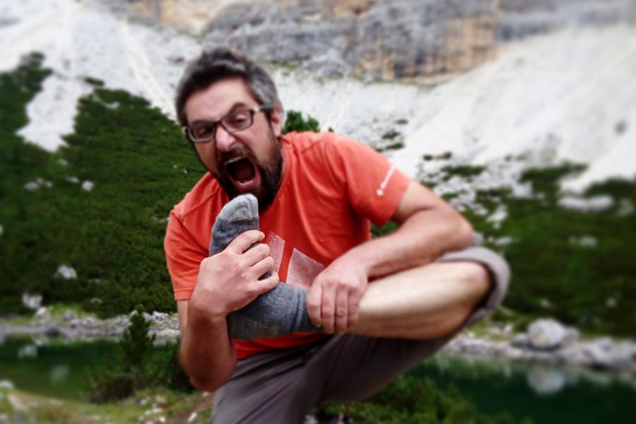 Michael Khan assapora le hiking nature dopo un lungo trekking autunnale