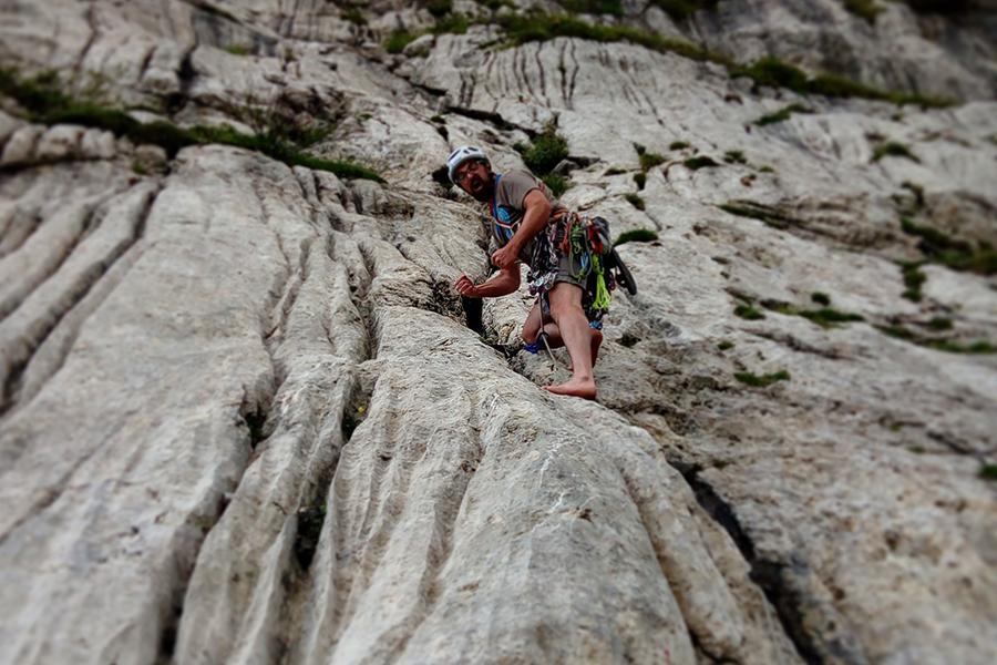 Michael Khan arrampica senza scarpette il Sass del Mul a Passo Fedaia
